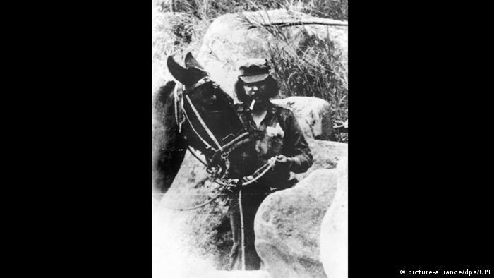 Ernesto Che Guevara mit einem Maultier am Zügel, langen Haaren und einer Pfeife im Mund (Foto: Picture Alilance)