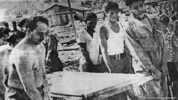 Che Guevara und weitere Männer tragen Baumaterial (Foto: Picture Alliance)