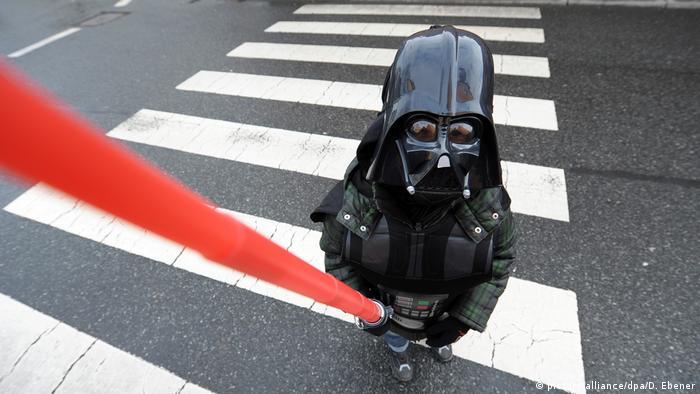 Dječak pod maskom Darth Vadera