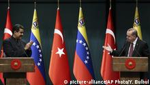 06.10.2017+++Ankara, Türkei+++ Turkey's President Recep Tayyip Erdogan, right, gestures to Venezuela's President Nicolas Maduro during a joint media statement following their meeting at the Presidential Palace in Ankara, Turkey, Friday, Oct. 6, 2017. Erdogan said his country does not condone any external interventions in South America after meeting with Maduro, on the first by a Venezuelan head of state official visit to Ankara, than comes amid stringent U.S. sanctions on the South American nation.(Yasin Bulbul/Presidency Press Service, Pool Photo via AP) |