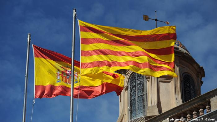 Spanish and Catalonian flags (picture-alliance/dpa/A. Gebert)
