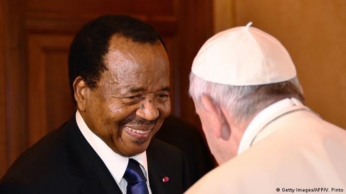 Presidente Paul Biya e Papa Francisco, em março de 2017