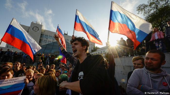 Участники акции в поддержку Навального во Владивостоке