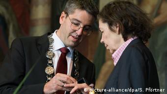 Oliver Junk steckt Isa Genzken den Kaiserring an (Foto: picture-alliance/dpa/S. Pförtner)