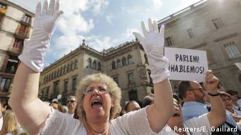 Spanish woman protests for dialogue in Madrid during Catalan independence crisis.