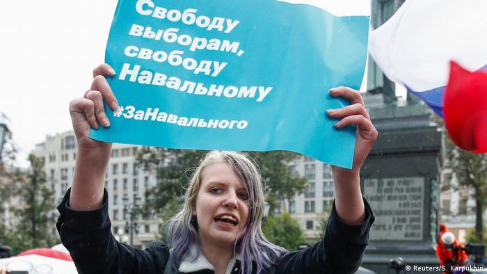 Участница акции в поддержку Навального в Москве