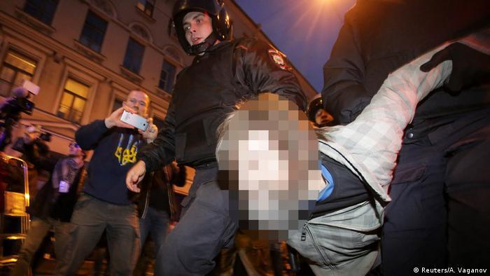 Полиция задерживает участника митинга в Санкт-Петербурге