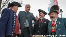 Deutschland Horst Seehofer mit Teilnehmern des Trachtentags