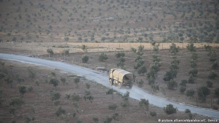 Turkish Army's armoured vehicles are seen at Reyhanli border due to the transition to Idlib, de-conflict zone, in Hatay, Turkey(picture alliance/dpa/abaca/C. Genco)