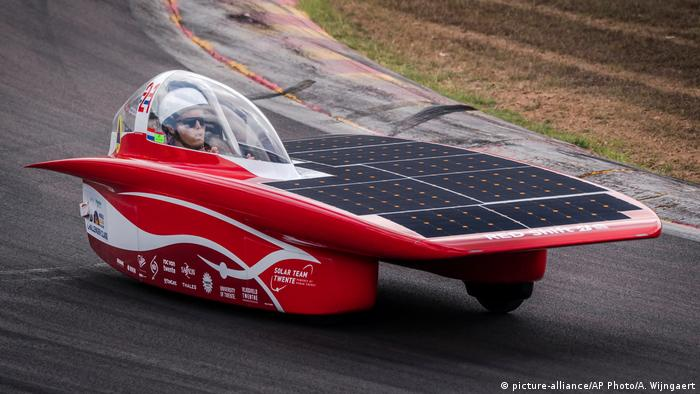 The Solar Team Twente car from the Netherlands competes during the qualification lap for the 2017 World Solar Challenge at Hidden Valley race track in Darwin (picture-alliance/AP Photo/A. Wijngaert)