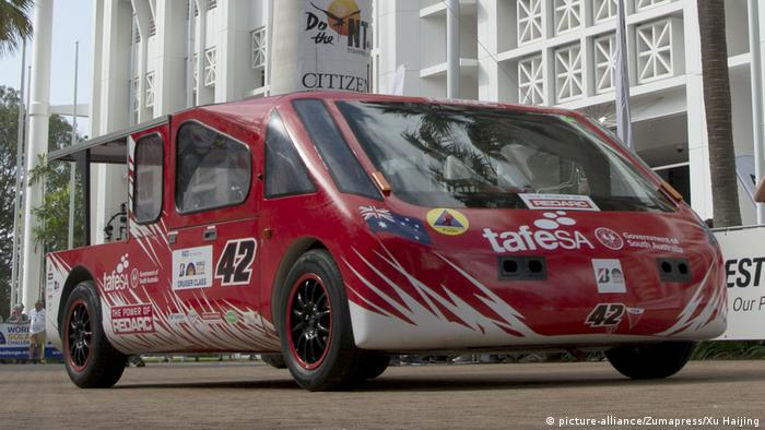 Australien Start Rennen Solar-Fahrzeuge durch die Wüste (picture-alliance/Zumapress/Xu Haijing)