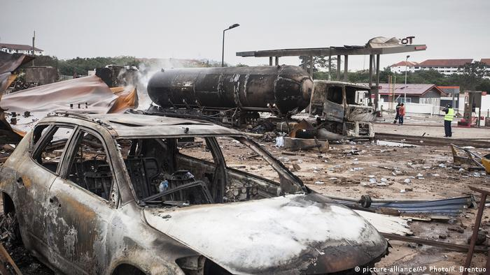 Ghana Explosion in Tankstelle (picture-alliance/AP Photo/R. Brentuo)