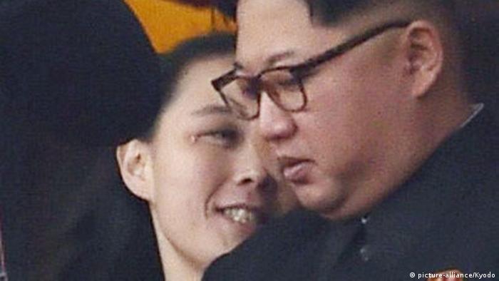 Nordkorea Kim Jong Un und seine Schwester Kim Yo Jong (picture-alliance/Kyodo)