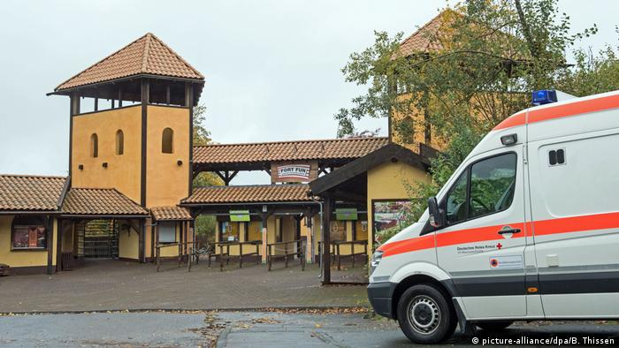 Ambulance in front of Fort Fun (picture-alliance/dpa/B. Thissen)