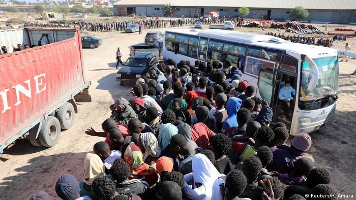 Migrantes na cidade costeira de Sabratha, na Líbia