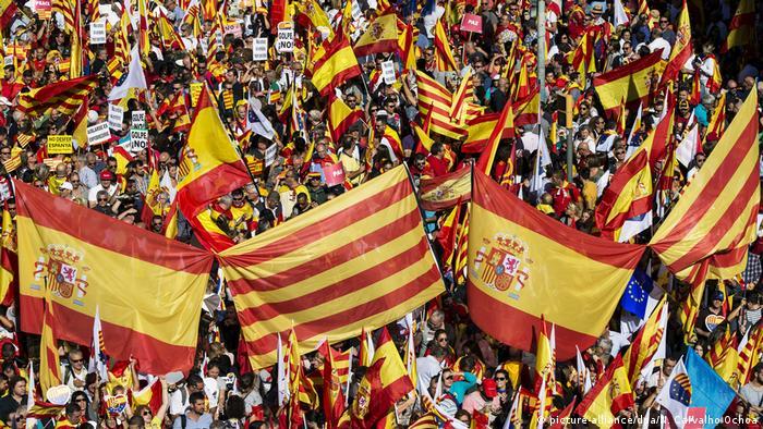 Spanien Tausende protestieren gegen Unabhängigkeitspläne in Katalonien (picture-alliance/dpa/N. Carvalho Ochoa)