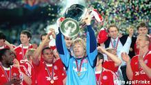 Oliver Kahn mit Championsleague-Pokal 2001