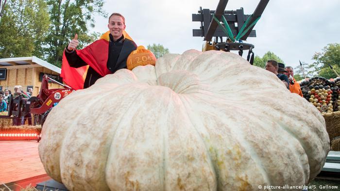 Mathias Willemijns with a giant white pumpkin
