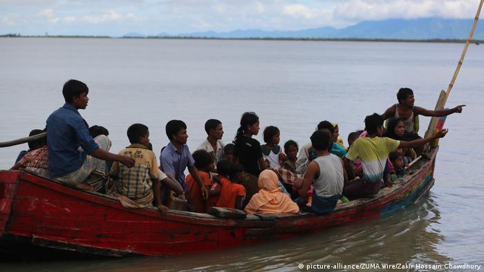 Rohingya refugees fleeing from Myanmar ride on a boat to go to a refugee camp in Bangladesh (picture-alliance/ZUMA Wire/Zakir Hossain Chowdhury)