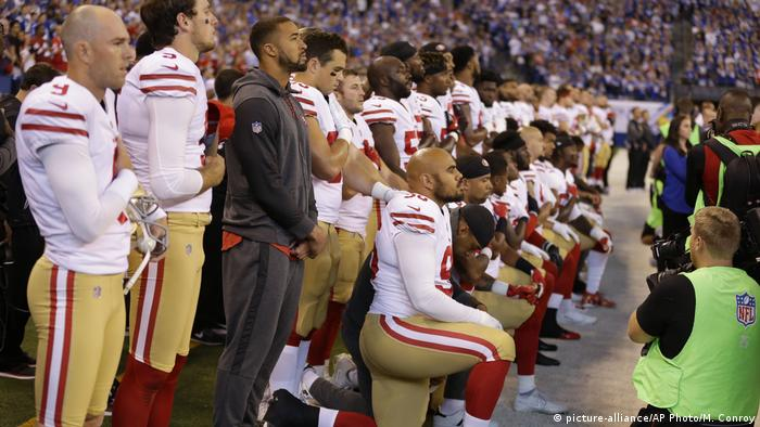 USA Football-Spieler der San Francisco 49ers knien bei Nationalhymne in Indianapolis (picture-alliance/AP Photo/M. Conroy)