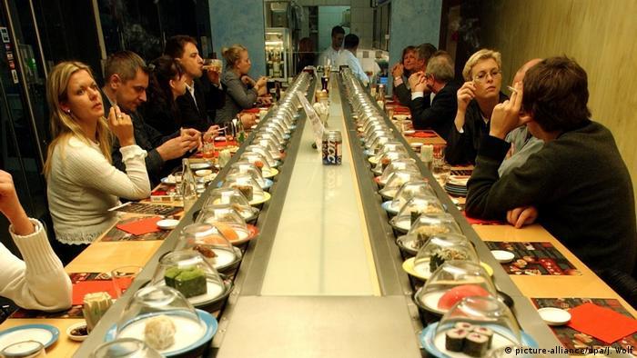 Конвейерный ресторан суши в Германии.