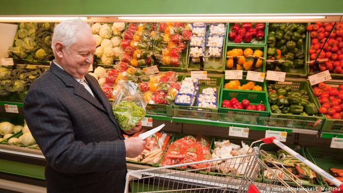 رجل يشتري طعام صحي.