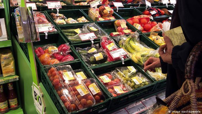 خضروات وفواكه متنوعة في إحدى المتاجر (أرشيف)