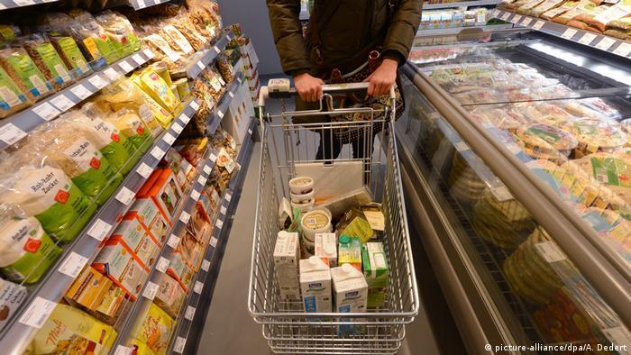Vegetarische Vegane Lebensmittel im Supermarkt (picture-alliance/dpa/A. Dedert)