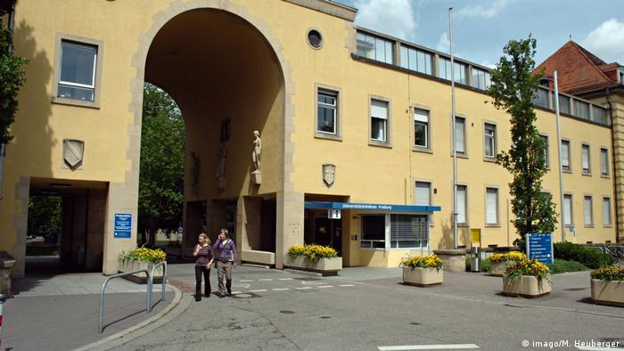 Haupteingang des Universitätsklinikums Freiburg (imago/M. Heuberger)