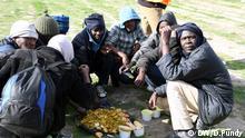 Migranten in Calais beim gemeinsamen Mittagessen Schlagwörter: Frankreich, Calais, Migration, Einwanderung, Asyl, Flüchtlinge Datum: 9.10.2017 Rechte: Doris Pundy/DW
