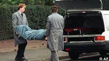 Die Leiche des erschossenen Treuhand-Chefs Detlev Karsten Rohwedder wird am 1. April 1991 aus seinem Haus in Düsseldorf abtransportiert. Der Mord an dem ehemaligen Treuhand-Chef Detlev Karsten Rohwedder ist nach gut zehn Jahren offenbar in einem entscheidenden Punkt aufgeklärt. Wie die Bundesanwaltschaft am Mittwoch 16. Mai 2001 in Karlsruhe mitteilte, konnte mit modernen wissenschaftlichen Methoden eine in dem Mordfall 1991 gefundene Haarspur dem Terroristen Wolfgang Grams zugeordnet werden. (AP-Photo/Roland Weihrauch) --zu APD5413--
