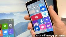 ARCHIV - Auf dem Microsoft-Stand wird am 14.03.2015 auf dem Messegelände der CeBIT in Hannover (Niedersachsen) das neue Betriebssystem Windows 10 für Smartphones und PC gezeigt. (zu dpa Windows 10 in Firmen treibt deutschen PC-Markt an vonm 20.02.2017) Foto: Peter Steffen/dpa +++(c) dpa - Bildfunk+++ | Verwendung weltweit