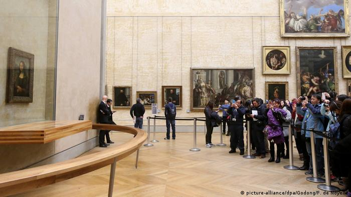 Tourists viewing the Mona Lisa