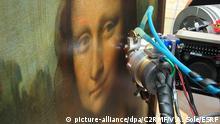 Die Mona Lisa von Leonardo da Vinci wird mit Hilfe von speziellen Röntgenstralen im Pariser Louvre untersucht (undatiertes Handout). Der Mythos um Leonardo da Vincis Malkünste ist erneut ein Stück weit entzaubert worden. Französische Forscher haben anhand einer Röntgenanalyse herausgefunden, wie es dem Künstler gelang, seine Gesichter so perfekt zu zeichnen. Foto:C2RMF/V.A. Solé/ESRF |