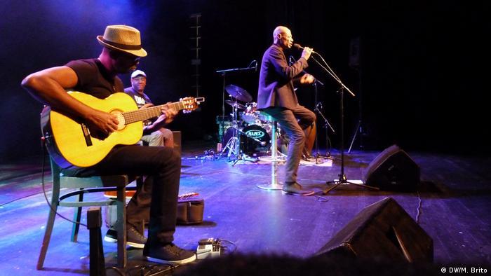 A banda BAU & Kapa fazendo música trandicional de Cabo Verde para o público alemão