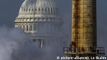 ARCHIV - Die Kuppel des Kapitols in Washington D.C. (USA) ist am 10.03.2014 hinter dem Qualm des Kapitol-Kraftwerks zu sehen, dem einzigen Kohlekraftwerk in Washington. (zu dpa «Trumps Erfolge - Die unheimlich stille Veränderung der USA» vom 07.08.2017) Foto: Jim Lo Scalzo/EPA/dpa +++(c) dpa - Bildfunk+++  
