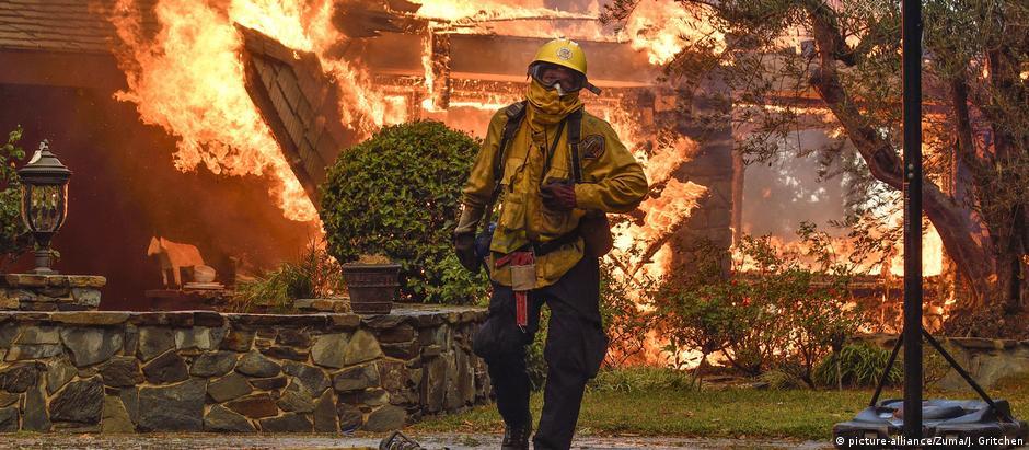 Prioridade dos bombeiros é retirar pessoas de residências e municípios