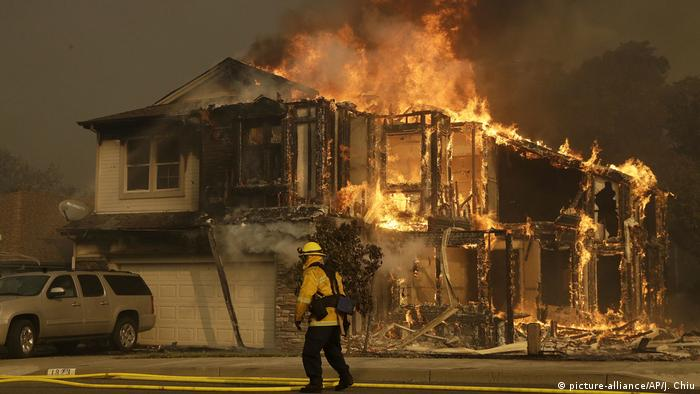 A firefighter walks near a home in Santa Rosa, California (picture-alliance/AP/J. Chiu)