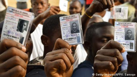 Voters shows their voting cards (photo: Getty Images/AFP/I. Sanogo)