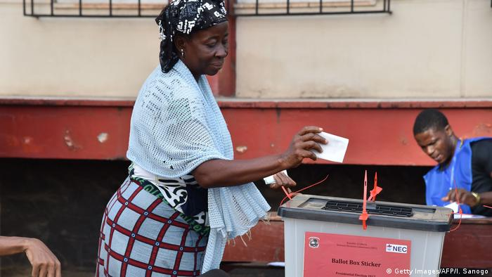 A woman casts her vote for Liberia's presidential and legislatives elections (Getty Images/AFP/I. Sanogo)