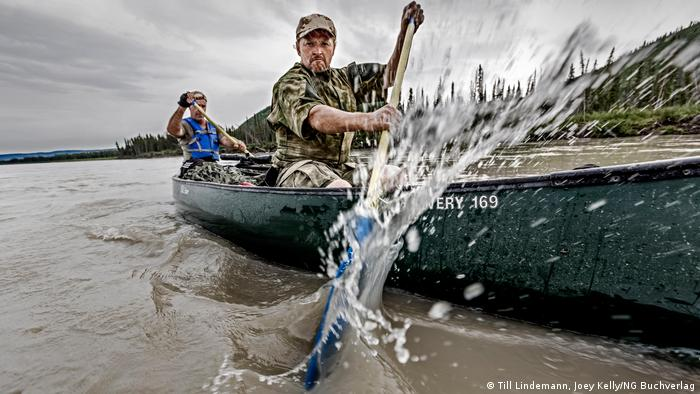 Joey Kelly and Till Lindemann paddling a canoe (Joey Kelly/NG Buchverlag)