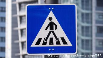 BdT Fußgänger überweg (picture-alliance/chromorange/SPA)