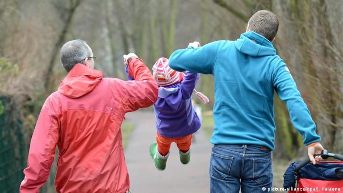 Gay couple with a child in Berlin (picture-alliance/dpa/J. Kalaene)