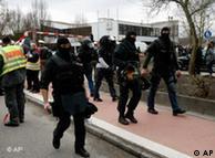 Policiais nas ruas de Winnenden: ex-aluno atira e mata professores e estudantes de escola