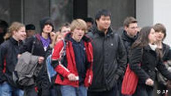 Школьники выходят из школы, подвергшейся нападению