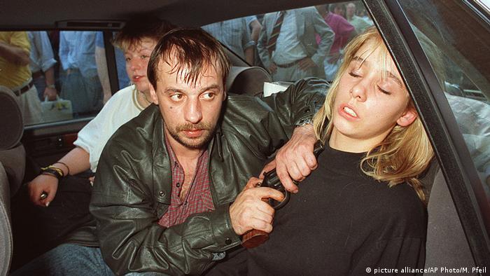 Diter Degovski sa pištoljem prislonjenim Zilke Bišof uz glavu