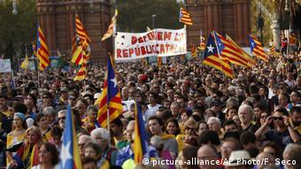 Демонстранты собрались перед парламентом Каталонии в ожидании провозглашения независимости