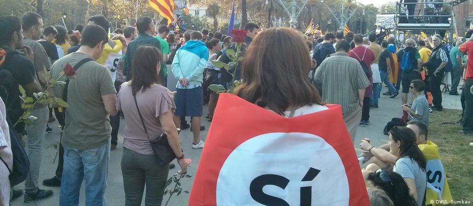 Manifestantes pró-independência se reúnem em Barcelona antes do discurso de do líder catalão