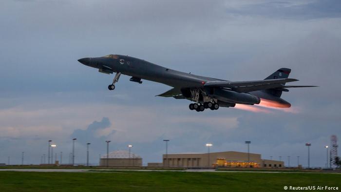 بی-۱ لنسر یک بمب افکن راهبردی و چهار موتوره مافوق صوت نیروی هوایی آمریکا است که از بال متحرک بهره میبرد. با پایان یافتن جنگ سرد نقش لنسر به عنوان بمب افکن اتمی نیز پایان یافت ولی با تعمیر و بازگشت مجدد به نیروی هوایی، نقش بسزایی در جنگ خلیج فارس در سال ۱۹۹۱ ایفا کرد.