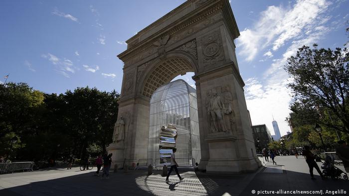 Ein Metallkäfig unter einem Torbogen, Istallation am Washington Square, aus der Schau Good Fences Make Good Neighbors von Ai Weiwei